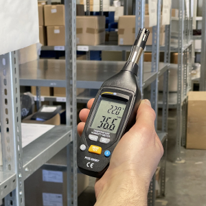 Air humidity meter PCE-555BT in use